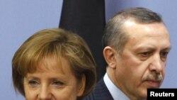 Премьер-министр Турции Рэджеб Эрдоган (справа) и бундесканцлер Ангела Меркель, Анкара, 29 марта 2010