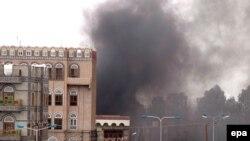 در انفجار چند بمب و خمپاره در پایتخت یمن که گفته می شود هدف آن، سفارت آمريکا بوده است ۱۶ نفر کشته شدند. (عکس:epa)