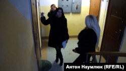 Сотрудники службы судебных приставов у квартиры саратовской активистки Ольги Пицуновой