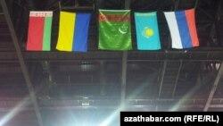 Türkmenistanyň prezidentiniň kubogyny almak ugrundaky halkara ýaryşyna gatnaşýan ýurtlaryň baýdaklary. Aşgabat. 17-nji fewral, 2014 ý.