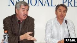 Генеральный секретарь ОСДП «Азат» Амиржан Косанов и сопредседатель ОСДП «Азат» Болат Абилов на одной из пресс-конференций. Иллюстративное фото.