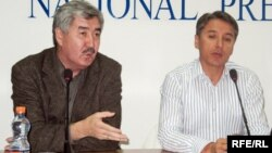 Болат Абилов (справа) и Амиржан Косанов (слева), лидеры партии ОСДП «Азат».