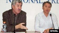 Руководители партии ОСДП «Азат» Болат Абилов (справа) и Амиржан Косанов (слева).