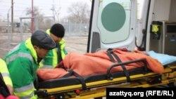 Дәрігерлер уланған баланы ауруханаға алып барады. Березовка ауылы, Батыс Қазақстан облысы, 4 желтоқсан 2014 жыл.