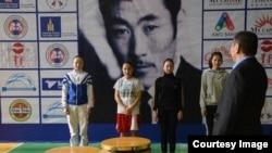 Нуржамиля Батырбеккызы (вторая справа) на церемонии награждения победителей чемпионата среди юниоров.