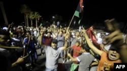 Libienii pe străzile de la Tripoli serbînd distrugerea bunkerului lui Gaddafi