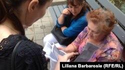 Părinţi, consultând testele apărute pe reţele de socializare