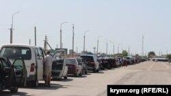 Автомобильная очередь вблизи КПВВ «Чонгар», иллюстрационное фото