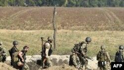 Украински војници кај градот Мариупол.