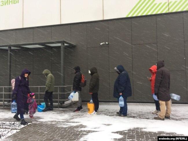 Жители Новой Боровой в очереди за водой, утро 17 ноября