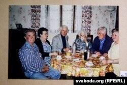 Алесь са знаёмымі і сябрамі ў Францыі. 2000