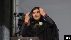 Лауреат Нобелевской премии мира Малала Юсуфзай во время выступления на Трафальгарской площади. Лондон, 22 июня 2016 года.