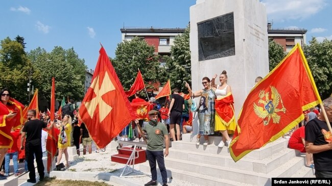 Crnogorske i komitske zastave na cetinjskom protestu