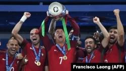 Сборная Португалии с кубком Евро-2016