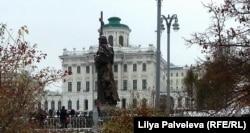Памятник князю Владимиру на фоне дома Пашкова