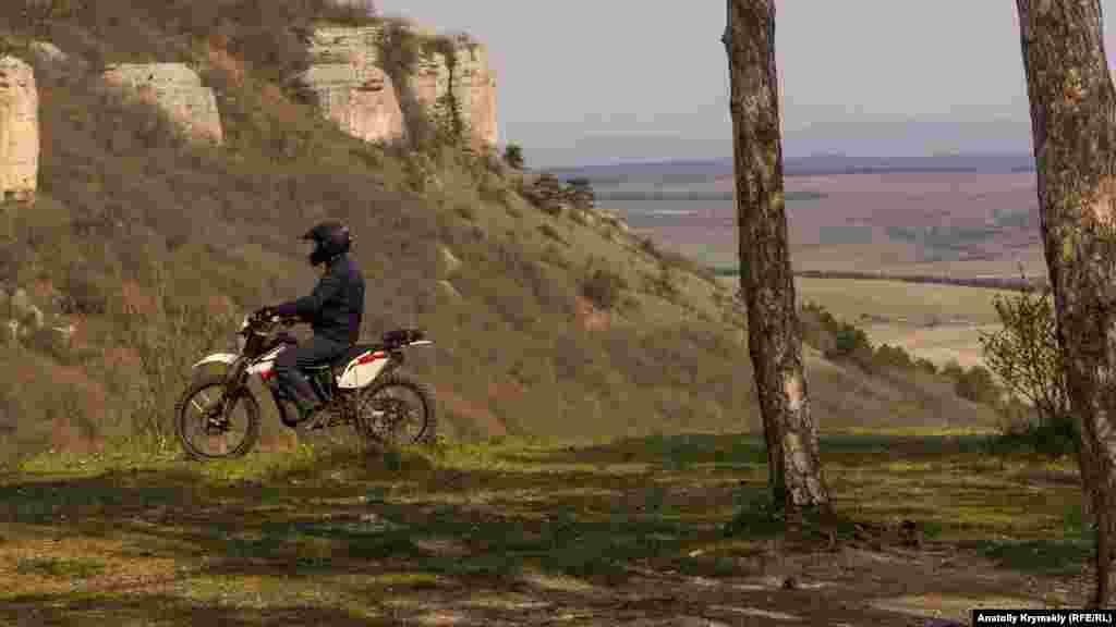 И лихой мотоциклист проезжает мимо
