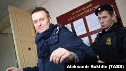 Aleksei Navalny i përcjellur nga policia gjyqësore arrin në sallën e gjykatës në qytetin Kirov
