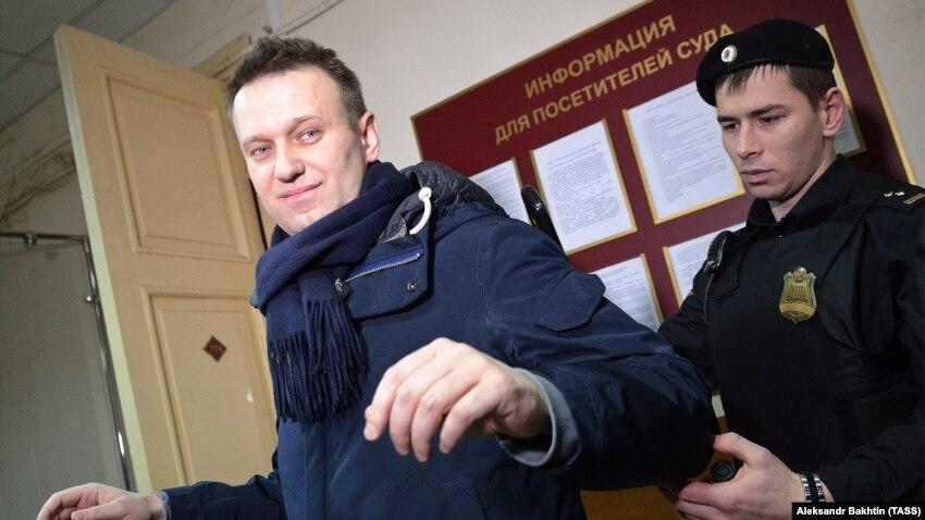 В России возобновилось судебное рассмотрение дела против оппозиционера Навального