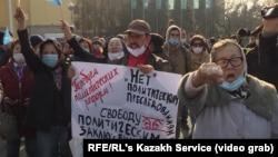 Около 300 человек участвовали в санкционированном митинге 31 октября в Алматы с требованием политических реформ и прекращения политически мотивированных преследований.