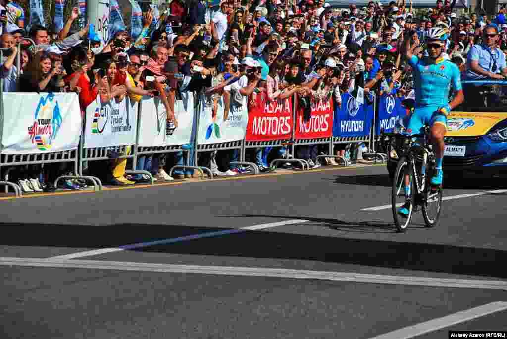 """Первым на финише третьей шоссейной велогонки """"Тур Алматы"""" был Алексей Луценко из команды Astana Pro Team. Год назад он также был победителем """"Тур Алматы""""."""