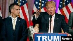АҚШ президенттігіне Республикашыл партия атынан түсуге кандидат Дональд Трамп (оң жақта) пен оның сайлауалды штабының басшысы Кори Левандовски. Палм Бич, 15 наурыз 2016 жыл.