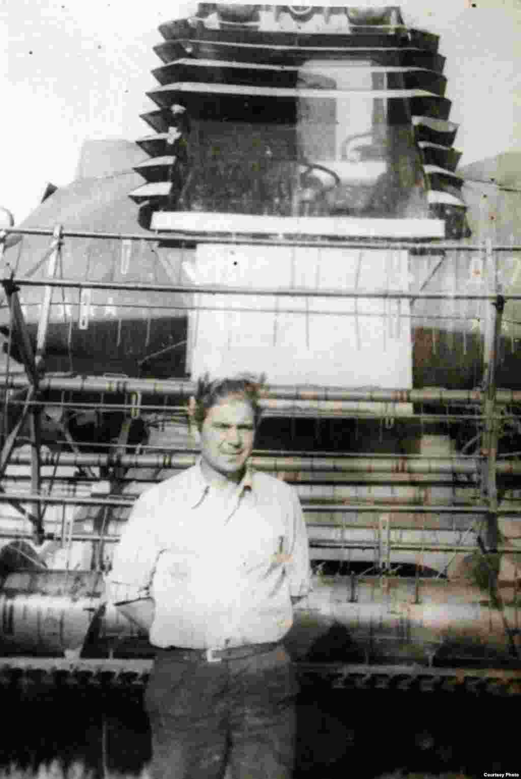 Pavel Minkovski, tatăl Marinei Pșenic, lucrând în câmp. Ursoaia, circa 1970