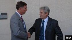 Претседателот на Демократската Унија за Интеграција Али Ахмети и амбасадорот на САД во Македонија, Пол Волерс.