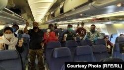 شماری از اعضای فامیل های سیکهـ افغان در حال ترک کشور