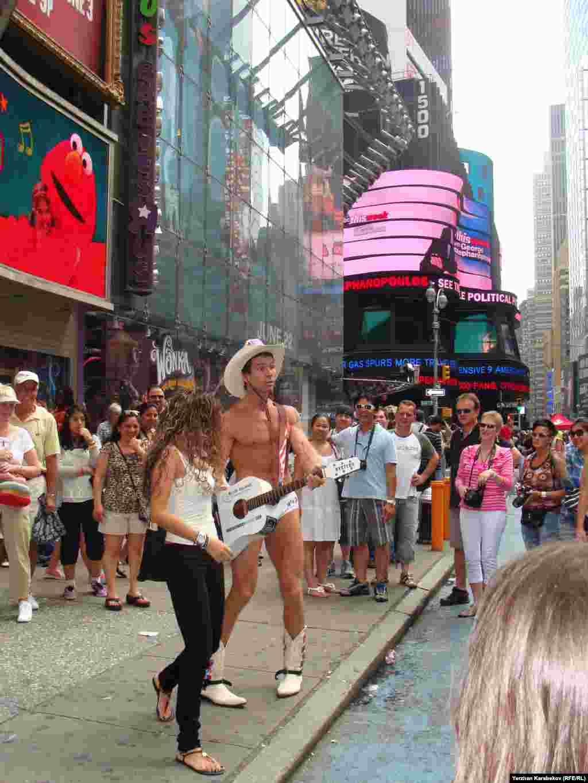Тот же Нью-Йорк, но уже Манхэттен, уже другая Америка, настоящая Америка, как её называют. В эмигрантских кварталах наподобие Брайтон-Бич, в отличие от фешенебельного центра Нью-Йорка, небоскрёбов и сногсшибательных шоу не увидишь.