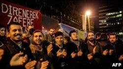 """Түркиядагы """"Жумхуриет"""" гезитинин жабылышына каршы чыккан адамдар, 1-ноябрь, 2016-жыл."""