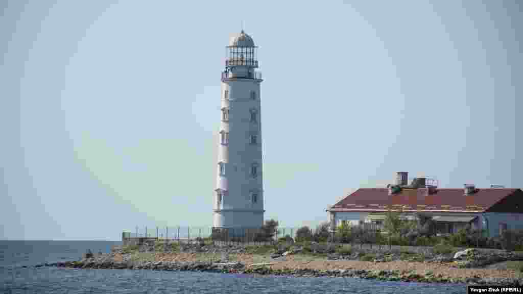 Знаменитый Херсонесский маяк построен в 1816 году одновременно с маяком-близнецом на мысе Тарханкут. Стоит на территории российской воинской части