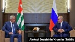 Рауль Хаджимба (слева) встретился с президентом России Владимиром Путиным в Сочи, 6 августа 2019 г.