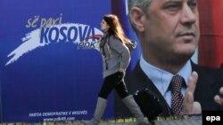 Vajzë e re duke ecur pranë një panoje reklamuese në zgjedhjet e kaluara (Foto nga arkivi)