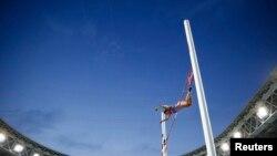 Yelena Isinbayeva gjatë kërcimit të saj fitues në Kampionatin Botëror të atletikës në Moskë