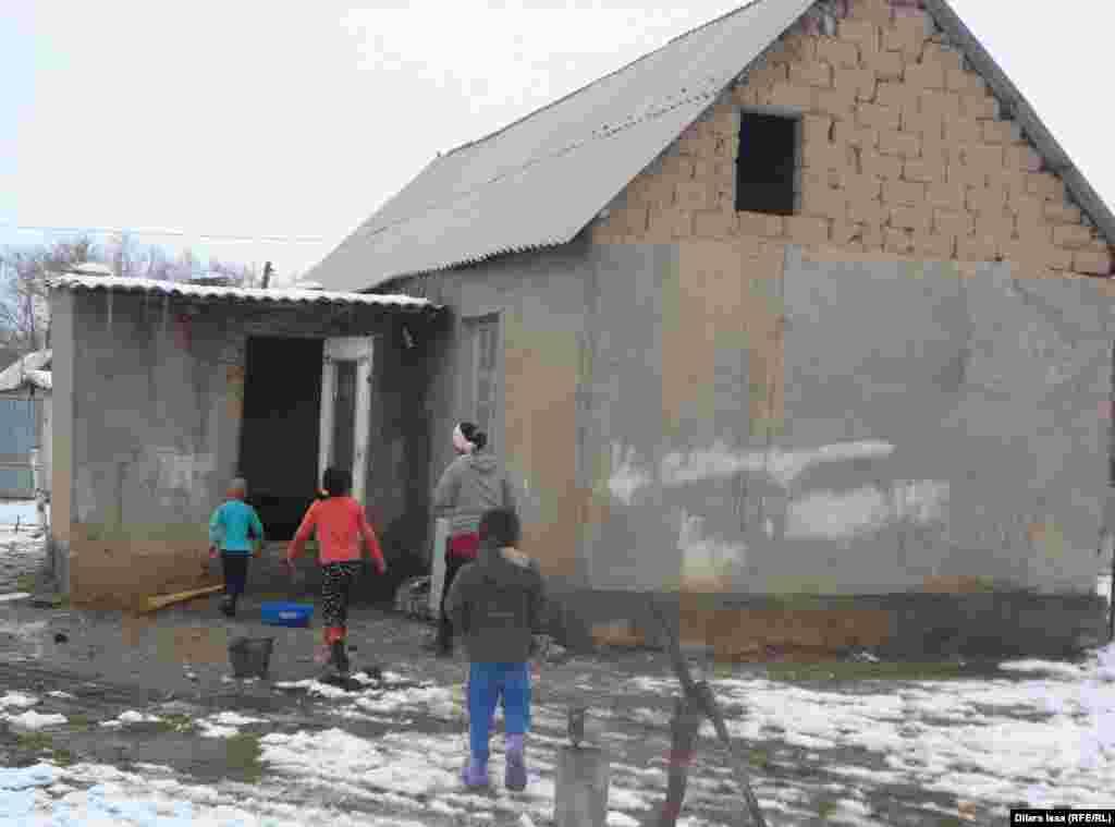 Дом семьи Маната Есенбекова. Говорит, что бесплатный уголь оказался большой поддержкой.