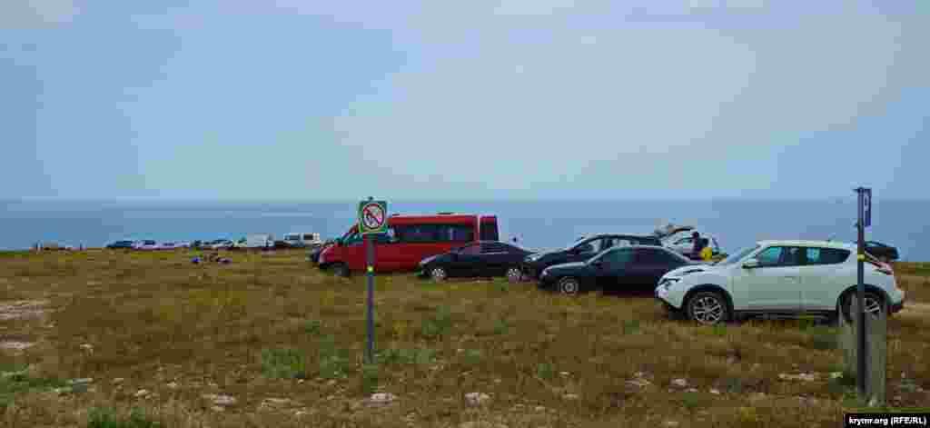 Пляж «Чаша кохання» – чи не найбільш багатолюдний, та ще й екстремальний для дорослих і дітей на всьому Тарханкуті