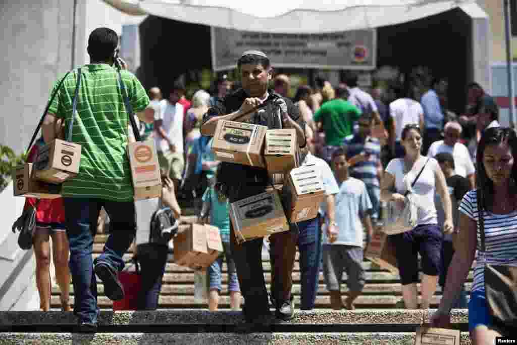В Израиле из-за сообщений о химической атаки в Сирии жители массово закупают противогазы и продукты питания
