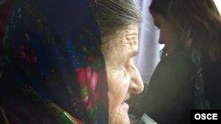 Moldova -- A woman waits at a polling station in a village near Chisinau, 28Nov2010