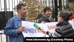 Қырғыз журналистерінің парламент алдындағы наразылық акциясы. Бішкек, 1 сәуір 2013 жыл.
