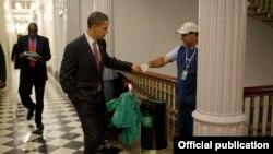 Президент Обама здоровается с уборщиком перед началом экономического форума в Вашингтоне