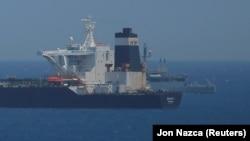 Буюк Британия Ҳарбий-денгиз флотига қарашли патруль кемаси Гибралтарнинг сув ҳудудида Эроннинг Grace 1 улкан нефть ташувчи кемасини ҳибсга олмоқда.