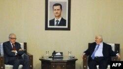 Lakhdar Brahimi (majtas) gjatë takimit të djeshëm me zëvendëskryeministrin e Sirisë Walid al-Moallem në Damask