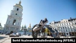 87 капканов на Софийской площади. Акция «Узники Кремля» в Киеве (фотогалерея)