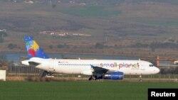 Аэробус A320-232 у баўгарскім аэрапорце Бургас пасьля аварыйнай пасадкі