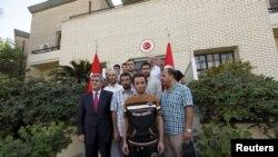 Punëtorët e liruar me ambasadorin turk Faruk Kaymakci brenda kompleksit të Ambasadës së Turqisë