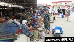 Шымкенттегі базардың бірі. Оңтүстік Қазақстан облысы, 6 мамыр 2014 жыл. (Көрнекі сурет)