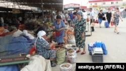 """Торговые ряды на рынке """"Алаш"""" в Шымкенте. 6 мая 2014 года."""