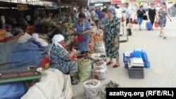 Женщины продают овощи на рынке. Шымкент, 6 мая 2014 года.