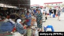 Ряды с сельскохозяйственной продукцией на рынке в Шымкенте. 6 июня 2014 года.