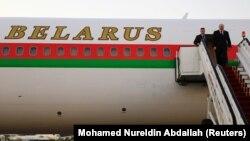 Аляксандар Лукашэнка выходзіць з самалёта ў аэрапорце Хартума, Судан. 16 студзеня 2017